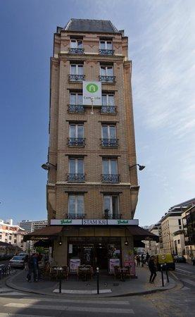 Campanile Paris 15 - Tour Eiffel : Узкое здание отеля.
