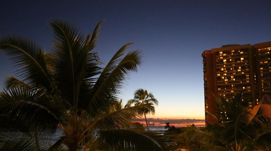 Outrigger Waikiki Beach Resort: View from the room Sunset