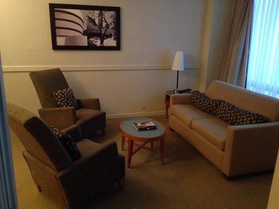 Millenium Hilton: Lounge area king bedroom suite