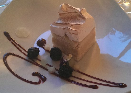 Manoir Hovey Dining Room: Creamy cake with maple syrup meringue