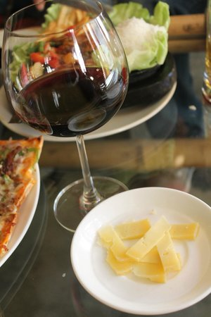 Drifters' Cafe : Wine and Yak cheese