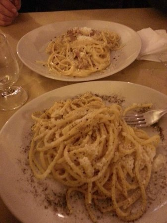 Osteria Cacio e Pepe in Trastevere : Tonnarelli cacio e pepe / Carbonara