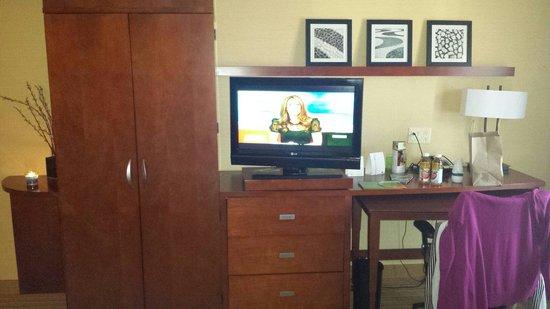 Courtyard Waldorf: Tv, closet, dresser, desk with chair