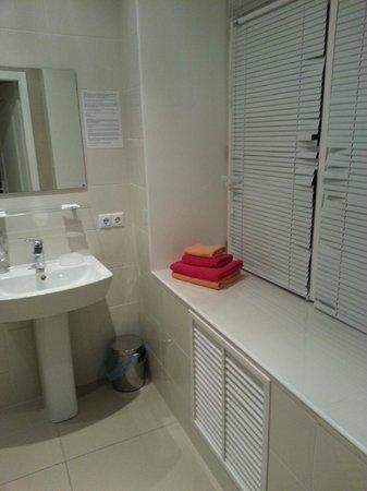 Basseynaya Apart Hotel : Ванная с окном