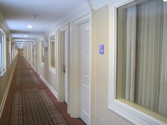 Holiday Inn Resort Lake George: 3rd floor hallway with rooms on the right