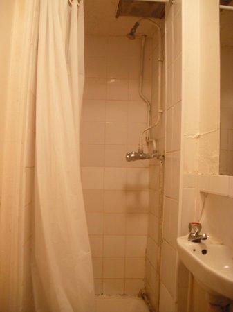 Earls Court Gardens Hotel : 1st floor shared bathroom