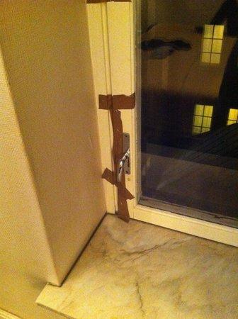 Hotel Bristol : Brown taped windows