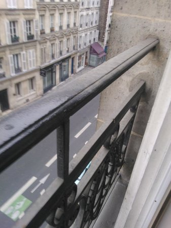 Crowne Plaza Paris Republique: fence in front of the window