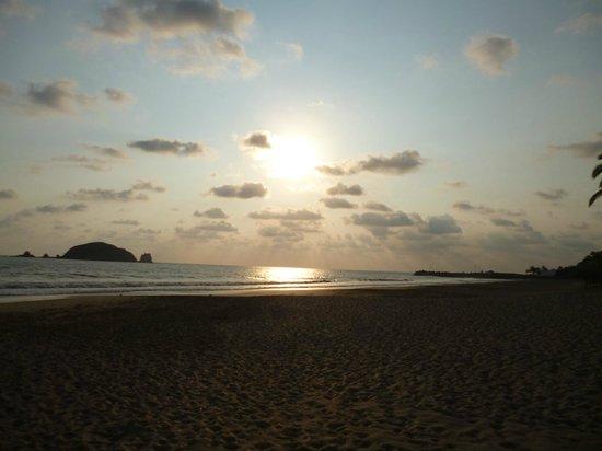 Emporio Ixtapa : Vista desde la playa, un hermoso atardecer. Las playas de Ixtapa cuentan con grandes paisajes.