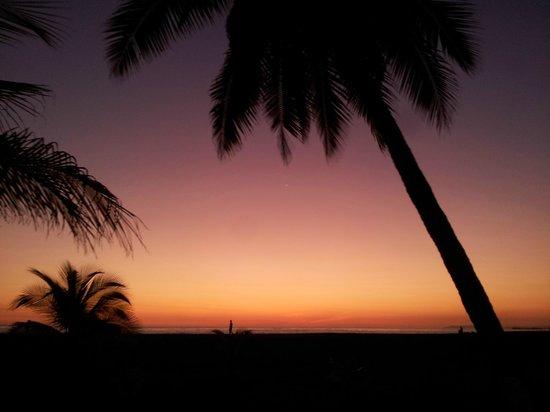 Best Western Jaco Beach All Inclusive Resort: Tomada desde las sillas de descanso en los jardines del hotel, Playa Jaco Puntarenas Costa Rica.