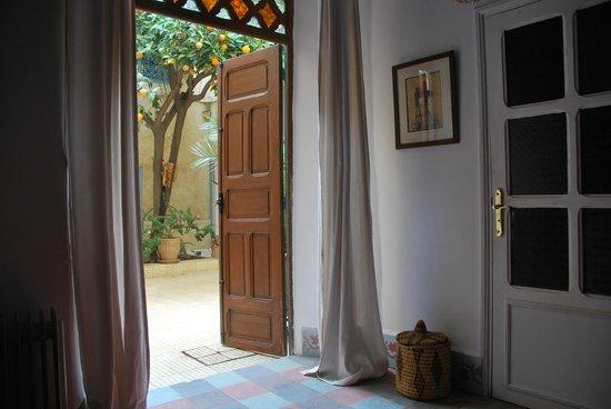 Dar Marhaba: La entrada de las habitaciones están en el patio