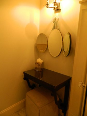 Omni Bedford Springs Resort: Vanity in bath room