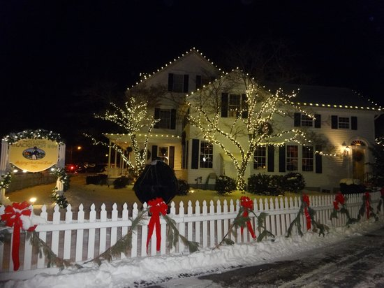 Colonel Blackinton Inn: Outside the inn just after Christmas!