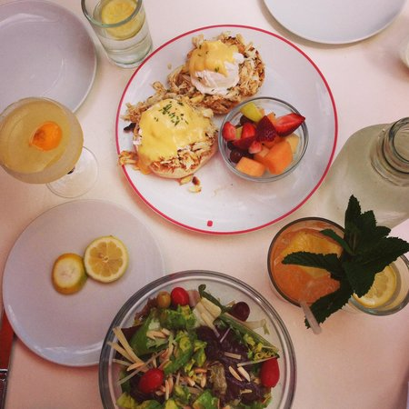 Founding Farmers : crab cake eggs benedict delish salad and drinks