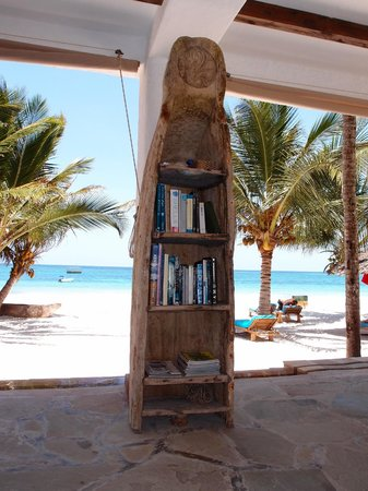 Waterlovers Beach Resort: Next to the breakfast area a little bookshelf