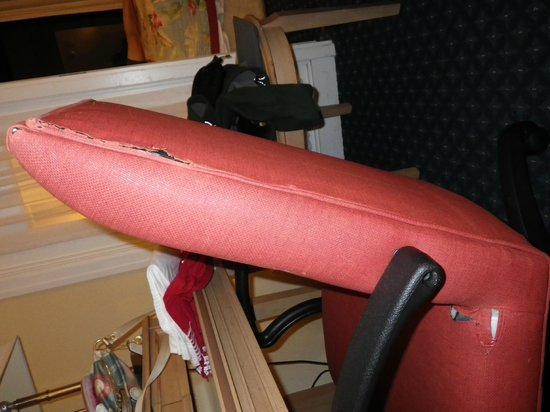 Courtyard Fort Lauderdale Beach: desk chair- can't believe they left this torn chair in a room