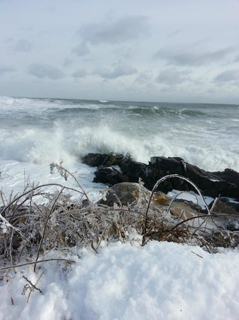 The Beachmere Inn: Amazing waves crashing up along the Marginal Way