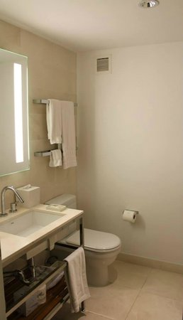 Cassa Hotel 45th Street New York: Clean Bathroom