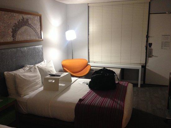 Avatar Hotel, a Joie de Vivre hotel: Room from bathroom facing entry