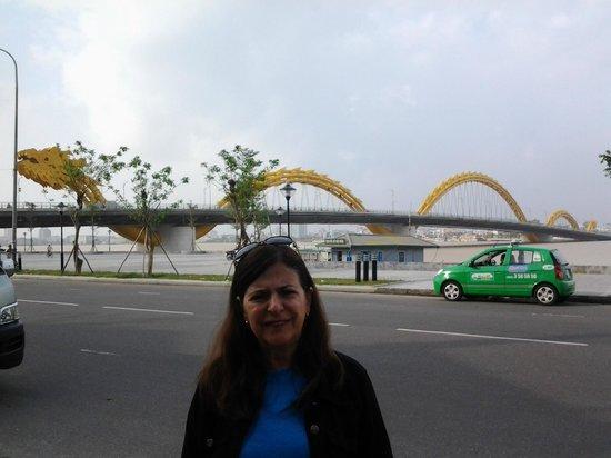Danang Riverside Hotel: Vista da ponte do dragão, em frente ao hotel