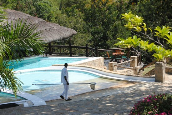 Paraa Safari Lodge : the pool , great bar to watch the sunset