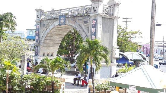 Hilton Barbados Resort: Replica del Arco del Triunfo en Barbados