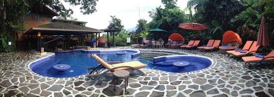 Nayara Resort Spa & Gardens: The amazing pool with a swim up bar