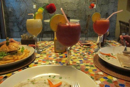 Pousada Castanheira: Serviço de restaurante na área da piscina