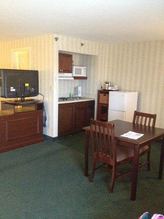 Radisson Hotel and Suites Chelmsford / Lowell: Small kitchen area