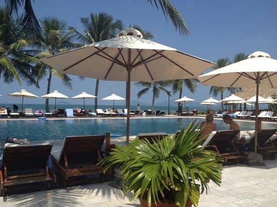 Victoria Hoi An Beach Resort & Spa : Piscina con vistas a la playa