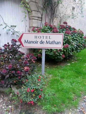 Le Manoir de Mathan: Entrance sign