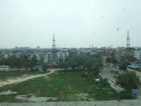 Red Fox Hotel East Delhi: View from room on 3rd floor facing land