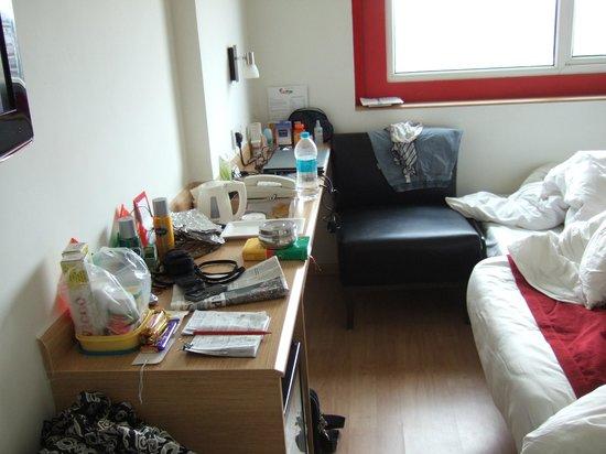 ريد فوكس هوتل إيست دلهي: 2 single beds with 3rd requested (at end), fridge, desk