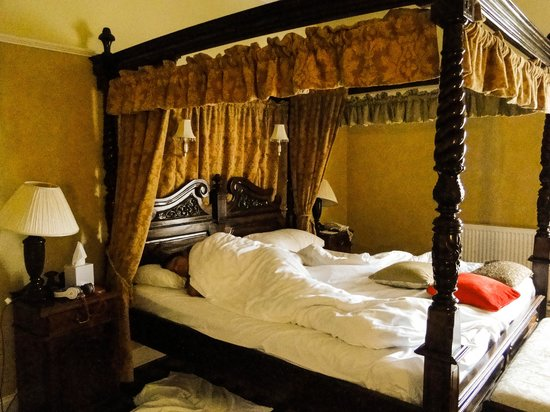 Tulloch Castle Hotel: Our four poster bed!