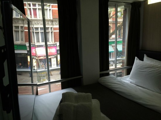 The Z Hotel Soho: Bed and street below