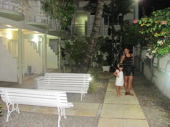 Hotel Belo Horizonte: Jardim em frente aos quartos