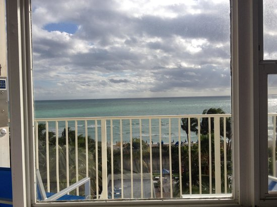 Four Points by Sheraton Miami Beach : Ocean view from our bed. So nice