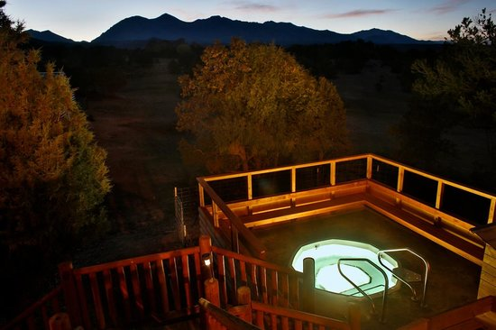 Mountain Goat Lodge: Hot tub under the stars!