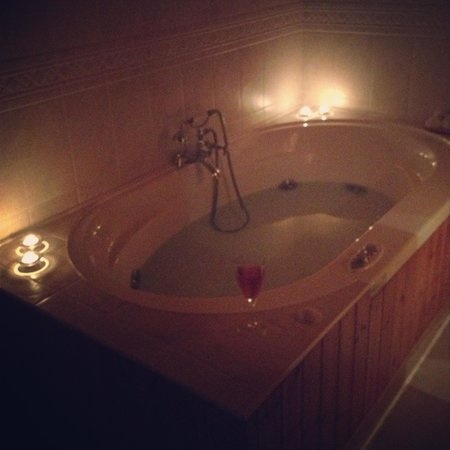 Blue Reef Cottages: Lovely Jacuzzi (must be accompanied by wine)