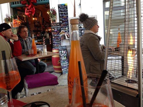 Sello's Caffe Bar Centrale: Auch im Winter im freien gemütlich + Service draußen
