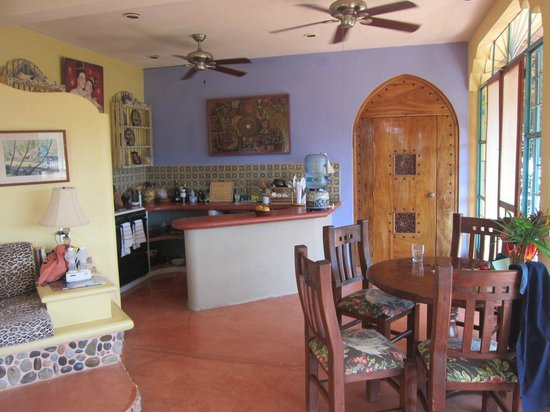 Casa Kukana: Kitchen and dining area