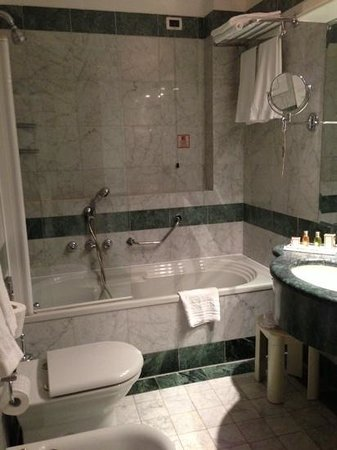 Hotel Colombina: bathroom