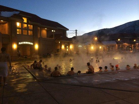 Glenwood Hot Springs Pool: The pool at night.