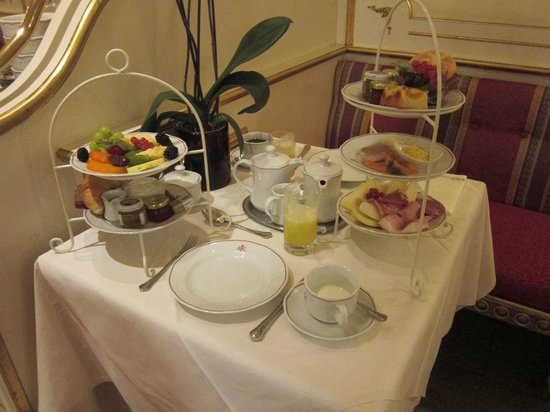 Schlosshotel Roemischer Kaiser: The ample, varied breakfast; eggs not yet delivered.