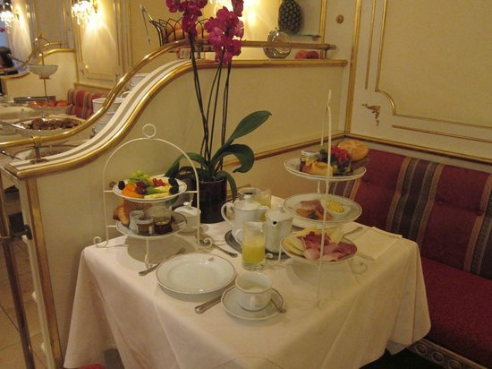Schlosshotel Roemischer Kaiser : A breakfast; eggs not yet delivered.