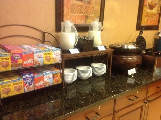 Homewood Suites Bentonville - Rogers: cereals and waffle maker