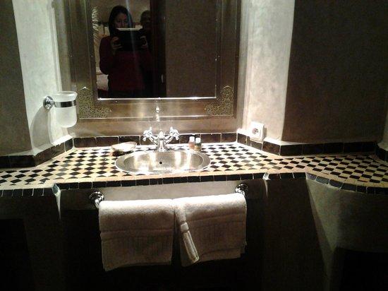 Riad Les Bougainvilliers: baño