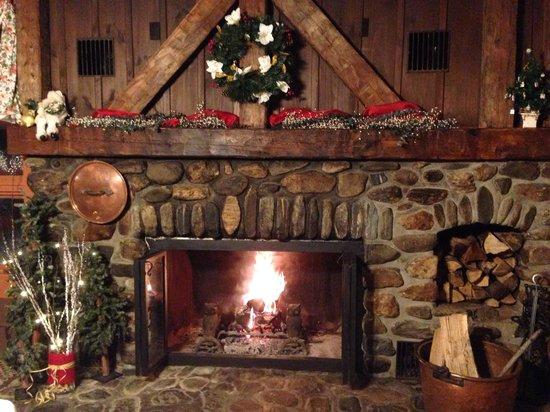 Hob Knob Bar & Lounge: Beautiful fireplace