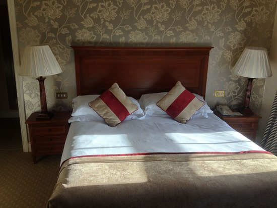 The Malton Hotel: Very comfortable bed in Jr Suite 301.