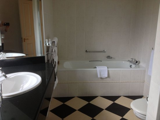 The Malton Hotel: Tub, shower and 2 sinks! Jr. Suite 301.